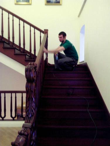 Мытье лестницы в коттедже